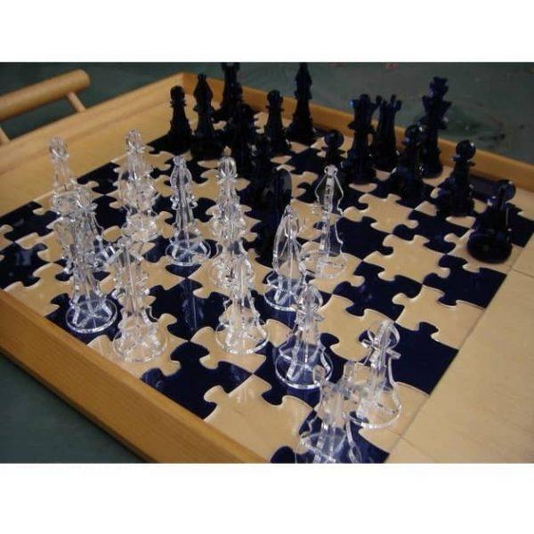 Шахматные фигуры и пазл доска