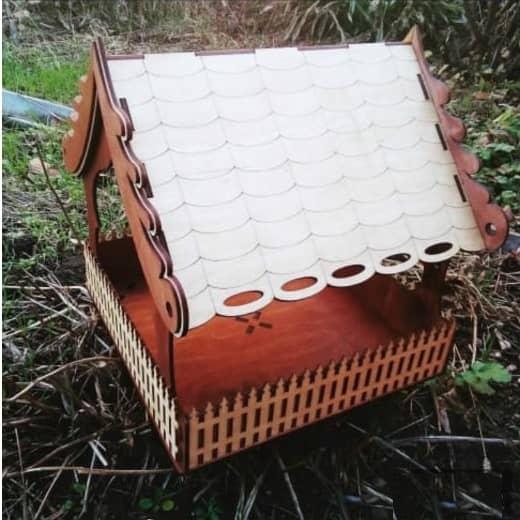 Кормушка домик с забором макет